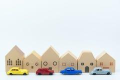 Бумажная игрушка дома и автомобили игрушки изолированные на белой предпосылке с c Стоковая Фотография RF
