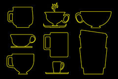 Бумажная и керамическая кофейная чашка законспектированная в желтой иллюстрации на черной предпосылке Стоковые Изображения RF