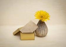 Бумажная карточка в вазе подарочной коробки и цветка дизайна Стоковое Изображение