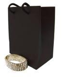 Бумажная коричневые сумка и браслет изолированные на белизне стоковые изображения rf