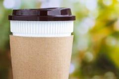 Бумажная кофейная чашка или устранимая чашка на естественном backgr утра Стоковые Изображения RF