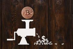 Бумажная мясорубка с bitcoin и долларами Абстрактная принципиальная схема Стоковые Фото