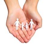 Бумажная семья в руках изолированных на белой предпосылке. Семья стоковое фото