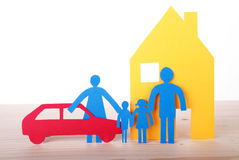 Бумажная семья с автомобилем и домом Стоковые Изображения
