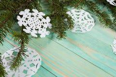 Бумажная снежинка и связанный с шпагатом Стоковое Фото