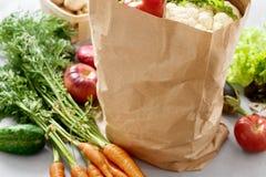 Бумажная сумка с различной предпосылкой серого цвета овощей Стоковое Изображение