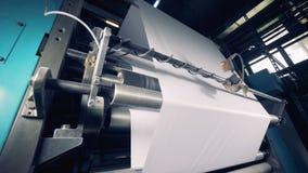 Бумажная фабрика продукции Бумага кренов прибора печатания, конец вверх видеоматериал