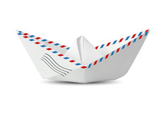 Бумажная шлюпка сделанная от изолированного конверта почты на белизне, сообщении co Стоковые Фотографии RF