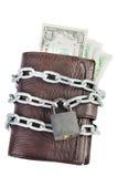 Бумажник вполне денег прикован с запертым padlock Стоковая Фотография