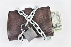 Бумажник вполне денег прикован с padlock Стоковые Изображения