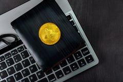 Бумажник над bitcoin клавиатуры из секретной валюты Новый символ digitall новой виртуальной валюты стоковое изображение rf