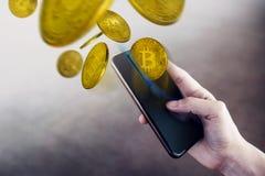 Бумажник на концепции Smartphone, женщина Bitcoin используя мобильный телефон t стоковые изображения rf