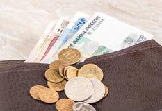 Бумажник открытый с банкнотами и монетками русских рублей Стоковые Изображения