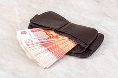 Бумажник открытый с кучей 5 рублей тысяч русских Стоковое фото RF