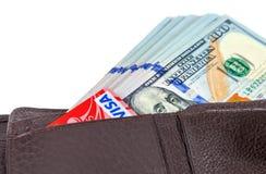 Бумажник открытый с долларовой банкнотой вставляя вне и кредитной карточкой, iso Стоковое Изображение RF