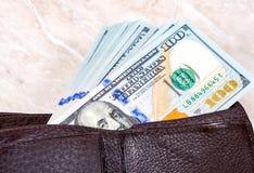 Бумажник открытый с долларовыми банкнотами 100 американцев Стоковая Фотография