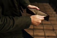 Бумажник рук человека открытый проверяя пустой сломал из наличных денег Стоковые Фото