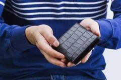 Бумажник с деньгами в руках человека Стоковое фото RF