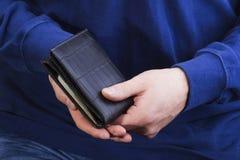 Бумажник с деньгами в руках человека Стоковые Фотографии RF