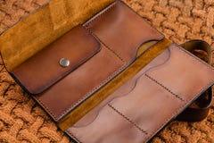 Бумажник Handmade коричневой кожи открытый Стоковое Изображение RF