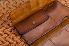 Бумажник Handmade коричневой кожи открытый Стоковые Фото