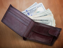 Бумажник ` s людей Брайна с деньгами Стоковые Изображения RF