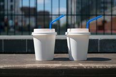 2 бумажного стаканчика белых кофе Стоковая Фотография RF