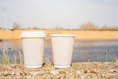 2 бумажного стаканчика выведенного на улицу Стоковое Изображение