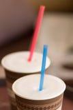 2 бумажного стаканчика капучино с соломой Стоковые Фотографии RF