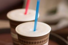 2 бумажного стаканчика капучино с соломой Стоковые Фото
