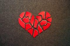 Бумажное красное разбитый сердце на предпосылке войлока темноты Hea мозаики бумажное Стоковые Фото