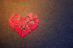 Бумажное красное разбитый сердце на предпосылке войлока темноты Hea мозаики бумажное Стоковое Фото
