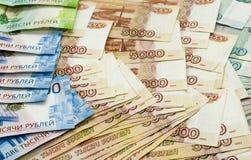 Бумажное купюрное строение денежной массы, рубли, различные деноминации, номинальная стоимость одного, 2 и пять тысяч рублей, сов Стоковое Изображение
