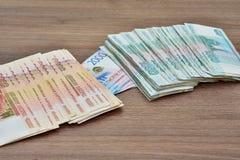 Бумажное купюрное строение денежной массы, рубли, различные деноминации, номинальная стоимость одного, 2 и пять тысяч рублей, сов Стоковые Фото