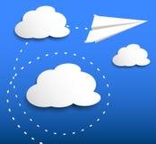 Бумажное плоское летание через облака бесплатная иллюстрация