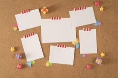 Бумажное портфолио шаблона извещении о пробочки доски офиса примечания стоковое изображение