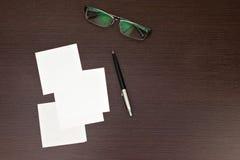 Бумажное примечание с пер и стеклами Стоковое Изображение RF