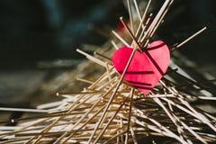 Бумажное сердце лежит на деревянных ручках схематическо стоковая фотография rf