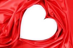 Бумажное сердце в красной сатинировке. стоковое изображение