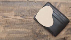 Бумажное сердце в черном кожаном бумажнике Стоковые Изображения