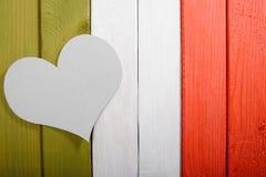 Бумажное сердце на предпосылке старых покрашенных доск в стиле o Стоковое Изображение