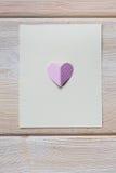Бумажное сердце на пустом письме Стоковое Изображение