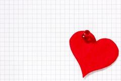 Бумажное сердце прикалыванное к бумажному листу Стоковые Фото