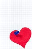 Бумажное сердце прикалыванное к листу приданной квадратную форму бумаги Стоковые Изображения