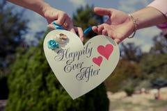 Бумажное сердце с словами счастливо с тех пор Стоковая Фотография RF
