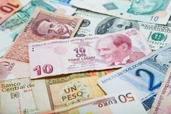 Бумажные деньги различных стран Турецкая лира в середине Стоковое Изображение