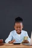 Бумажные деньги счастливой коммерсантки расчетливые на столе Стоковое Фото