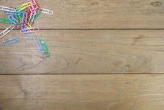 Бумажные зажимы на деревянном столе Стоковые Фотографии RF