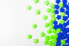 Бумажные звезды над белой предпосылкой Стоковое Фото