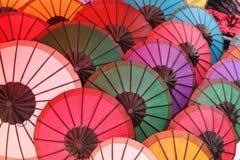 Бумажные зонтики на рынке ночи, Luang Prabang, Лаосе Стоковая Фотография